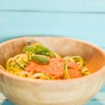 Spaghetti di zucchine con pomodori, capperi e pinoli