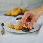 Frittelle di cocco con salsa al cioccolato